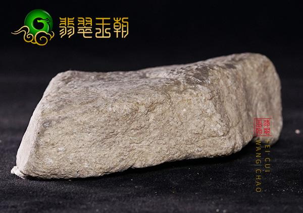 翡翠原石鉴赏:缅甸后江场口原石料蜡壳脱落打灯肉质细腻带淡底色