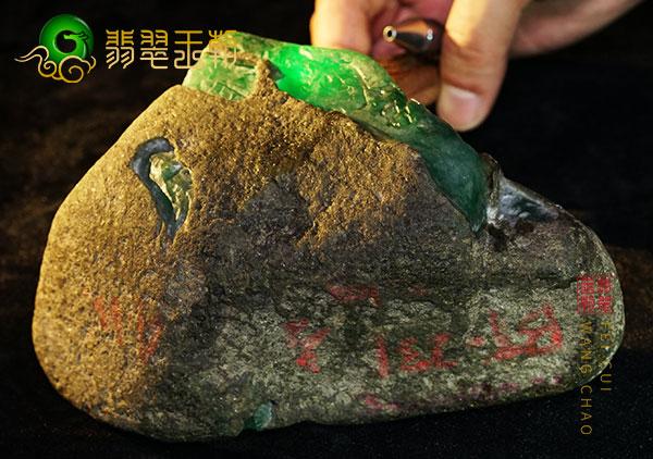 缅甸翡翠赌石:莫西沙场口翡翠断口赌石料子大象皮冰飘花肉细包浆