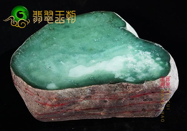 缅甸翡翠赌石:莫西沙场口翡翠赌石料子肉质细腻压灯通透荧光感强