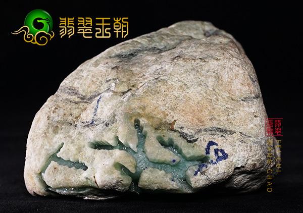 翡翠原石料子:缅甸莫西沙场口原石料子开窗部位肉质发黑种老肉细