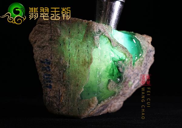 翡翠原石料子:缅甸莫西沙场口原石断口料子局部肉质发黑肉质化开