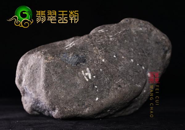 翡翠原石料子:缅甸莫西沙场口原石料子有飘色表现半脱砂皮壳均匀