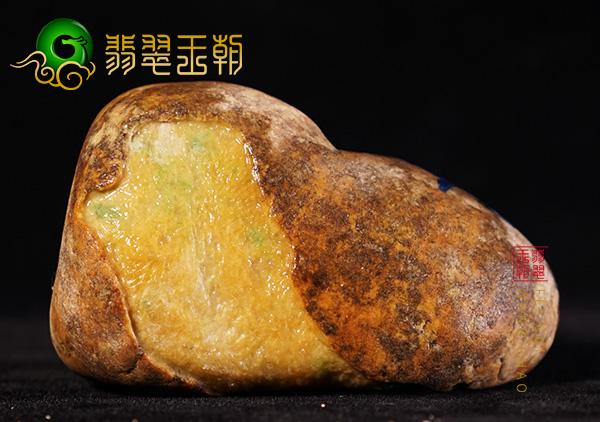翡翠原石料子:缅甸大马坎场口原石料肉质发黑有化底表现带晴底色