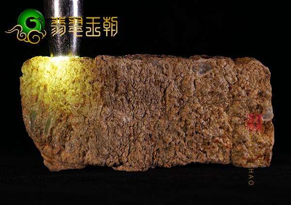 原石皮壳表现:缅甸木那场口翡翠原石种水料老皮壳打灯全通透表现