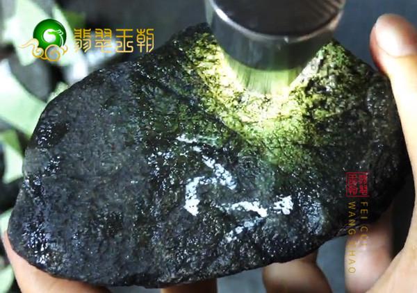 原石皮壳表现:缅甸莫湾基场口翡翠原石蒙头料黑皮壳打灯飘花表现