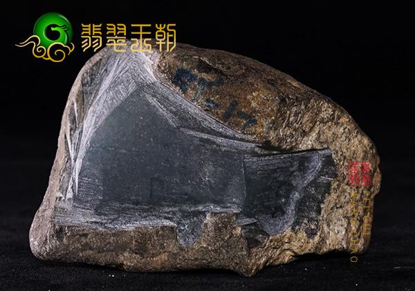 原石皮壳表现:缅甸莫西沙场口翡翠原石墨翠色料皮壳黑里透绿表现