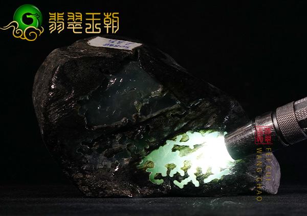原石皮壳表现:缅甸莫湾基场口翡翠原石老象皮壳料飘蓝花水长表现