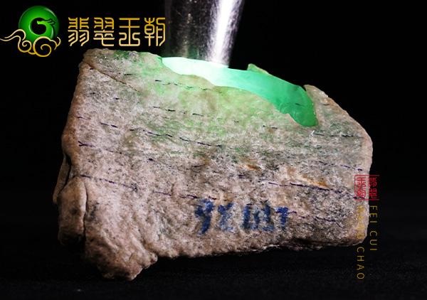缅甸翡翠赌石:莫西沙场口翡翠原石料正冰底赌玻璃种翡翠打灯通透
