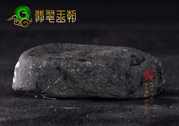 翡翠原石场口:缅甸莫湾基翡翠原石场口黑乌砂皮壳原石翻砂带蜡皮