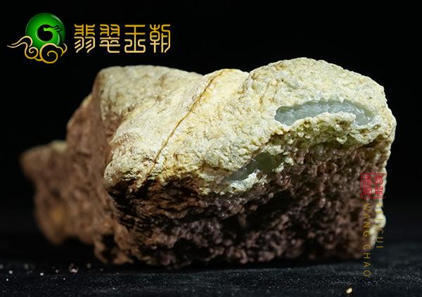 翡翠原石场口:缅甸会卡翡翠原石场口皮壳脱砂高冰种搏玻璃荧光强