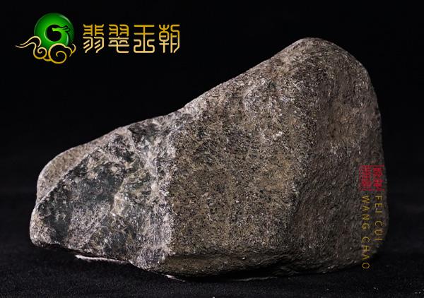原石皮壳表现:缅甸后江场口翡翠原石皮壳压灯底色浓郁起松花表现