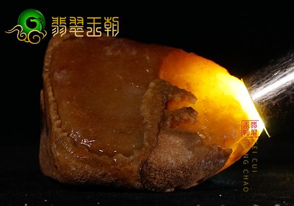 原石皮壳表现:缅甸后江场口翡翠原石料皮壳压灯有光晕有色花表现