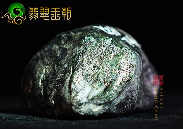 原石皮壳表现:缅甸后江场口色料翡翠原石压灯皮壳紧有油色带表现