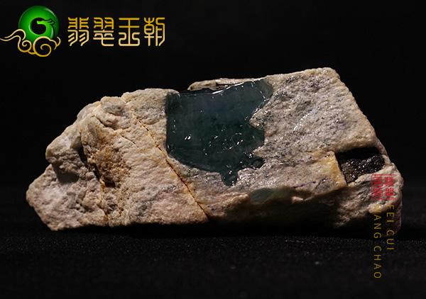 原石皮壳表现:缅甸后江场口翡翠原石皮壳紧致有油性色带环绕表现