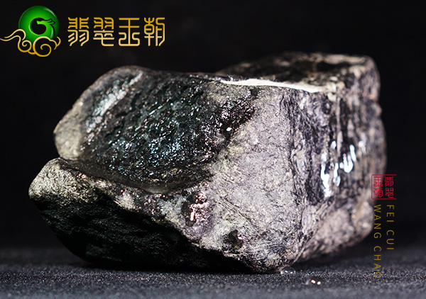 原石皮壳表现:缅甸后江场口翡翠原石皮壳打灯肉质通透起荧光表现
