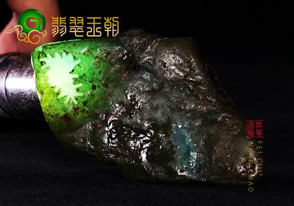原石皮壳表现:缅甸后江场口翡翠原石皮壳压灯通透肉细种水好表现
