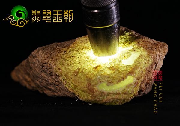 翡翠原石场口:缅甸后江翡翠原石场口色料周身有色带打灯现阳绿色