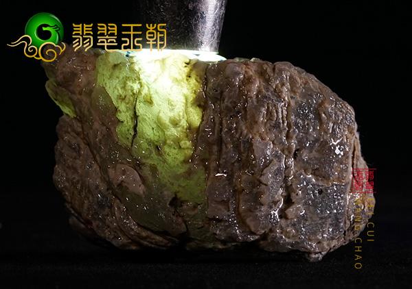 翡翠原石料子:缅甸木那翡翠原石料子皮壳打灯带冰特征有裂牌子位