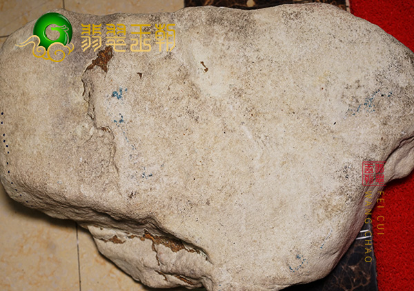 原石皮壳表现:缅甸百三桥场口翡翠原石皮壳有蟒带打灯飘蓝花表现