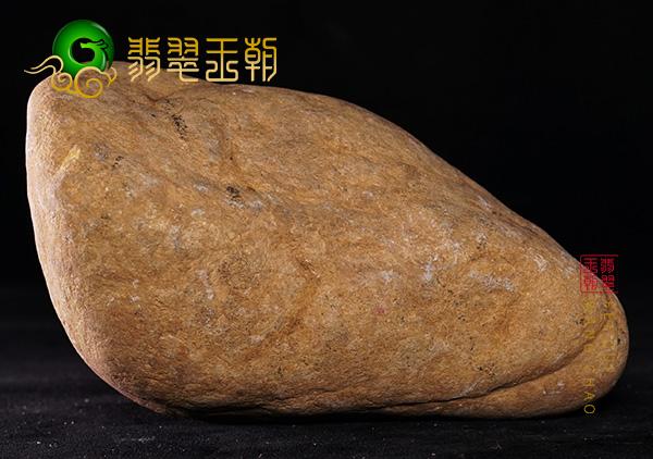 翡翠原石鉴赏:缅甸莫西沙场口翡翠原石鉴赏料皮壳泛黑种好回光强