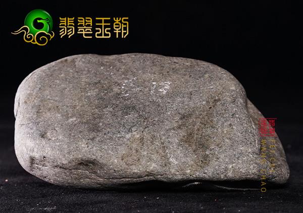 翡翠原石鉴赏:缅甸莫西沙场口翡翠原石打灯通透高冰有雪花棉