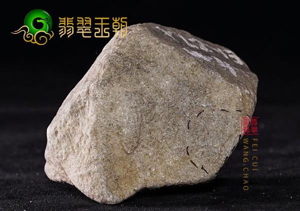 翡翠原石鉴赏:缅甸南齐翡翠种水料老皮壳起油性打灯局部有色
