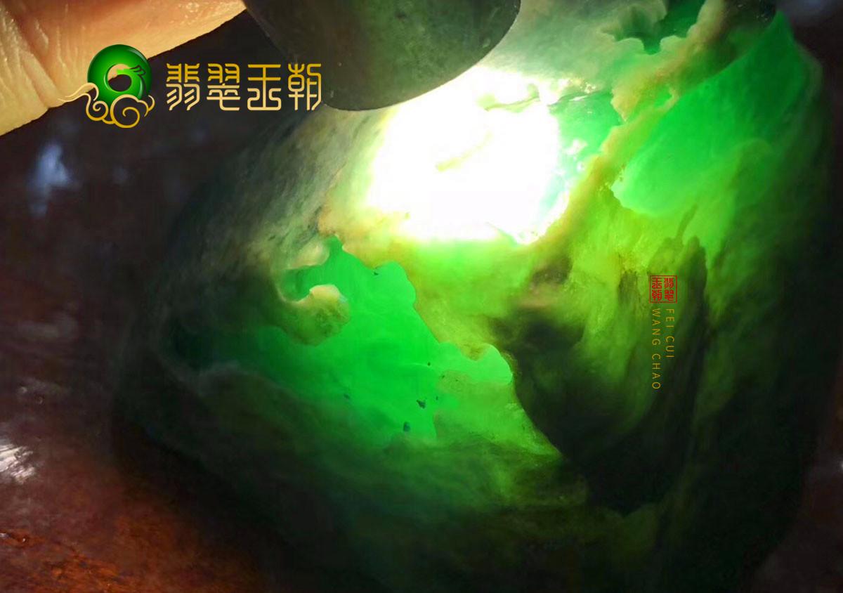 翡翠王朝原石:缅甸莫湾基场口翡翠原石色料打灯有种有色