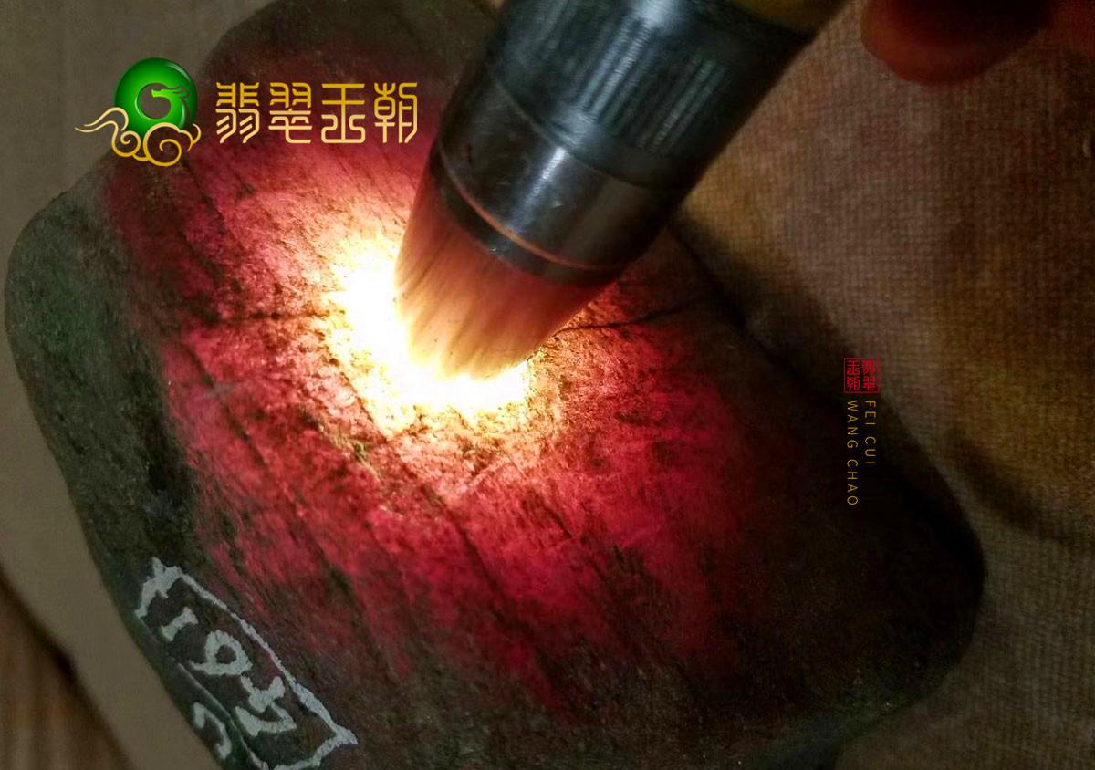 翡翠王朝原石:缅甸木那场口翡翠原石有色带贯穿打灯有种水