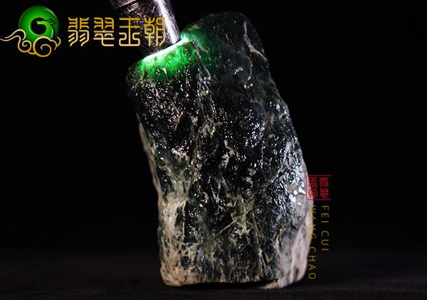 缅甸翡翠赌石:莫西沙场口翡翠原石精品料肉质通透起荧光赌正冰