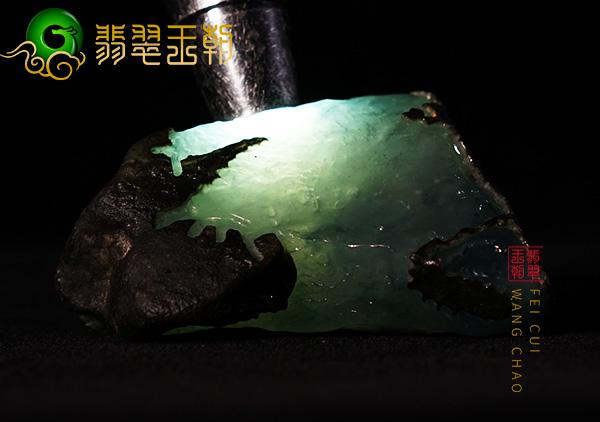 缅甸翡翠赌石:大马坎场口翡翠原石断口料皮壳起油种老有飘花表现