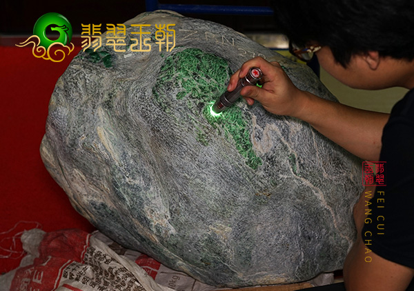 翡翠原石鉴赏:缅甸莫西沙场口翡翠原石打灯周身有种水有手镯位