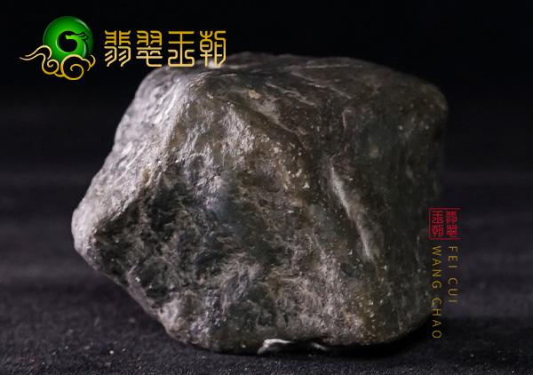 翡翠王朝原石:缅甸莫西沙场口翡翠原石脱砂料皮壳紧致周身有蟒带