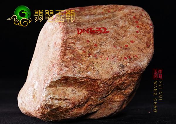 翡翠原石场口:缅甸莫西沙场口翡翠原石开窗料肉质细腻打灯水满
