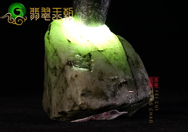 缅甸翡翠源头直播讲解木那场口翡翠原石白岩砂皮壳脱砂打灯穿透