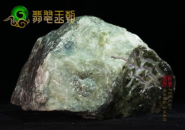 原石皮壳表现:缅甸莫西沙场口翡翠原石种水料局部脱砂打灯有色