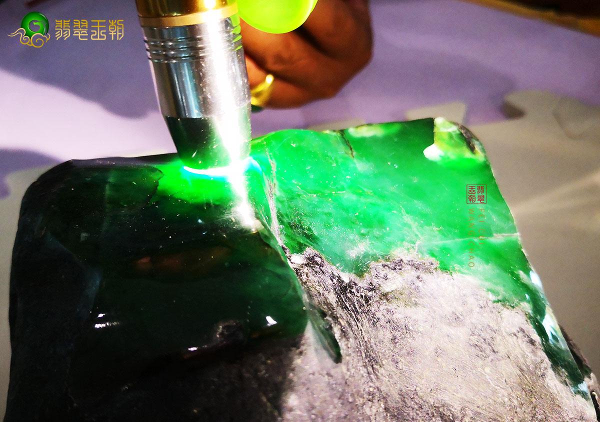 满绿翡翠原石切割视频