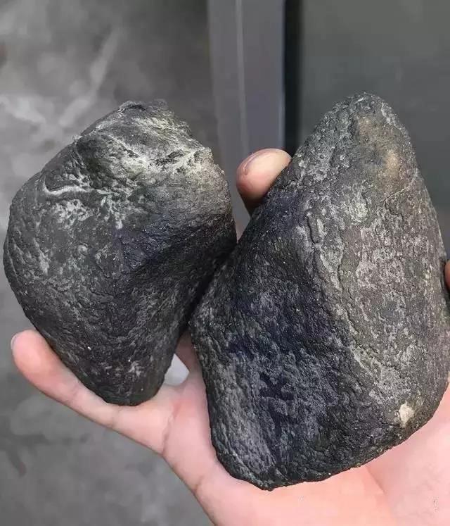 翡翠原石_乌鸡种翡翠原石跟墨翠翡翠原石有什么区别?