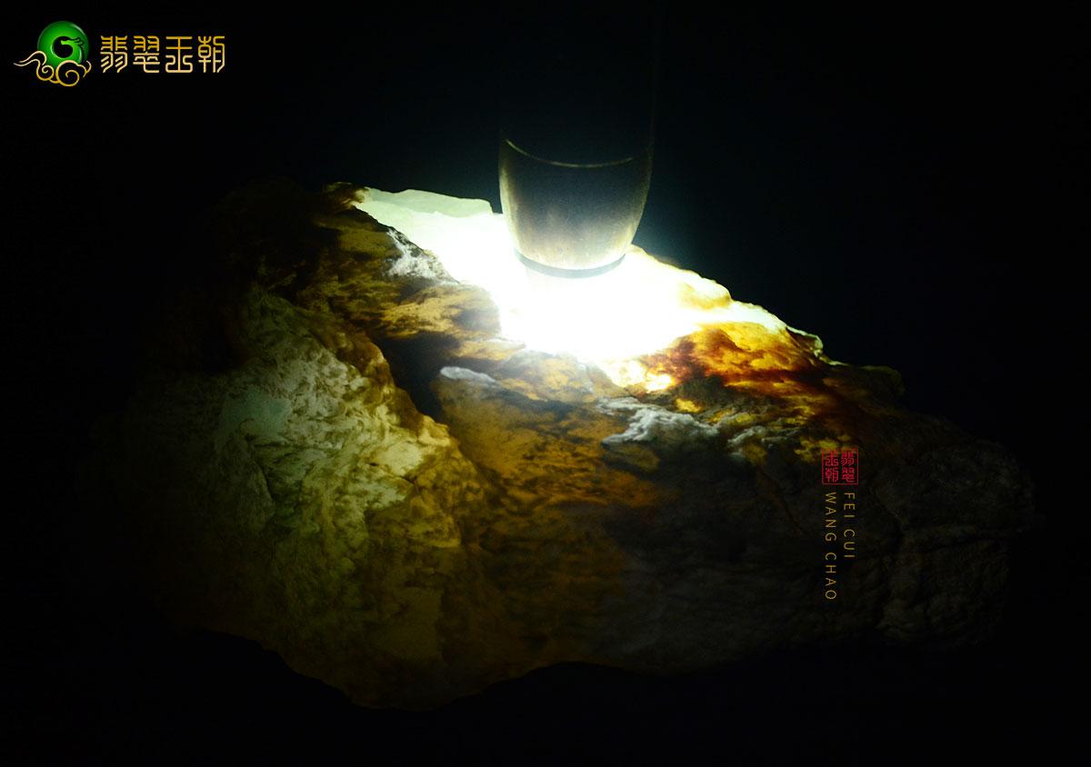 翡翠原石直播_莫西沙场口翡翠原石有黄雾打灯特点直播解石