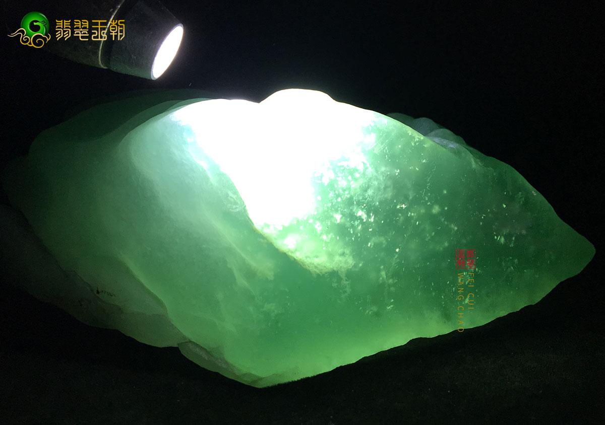 高冰玻璃糯种缅甸翡翠原石打灯皮壳特点
