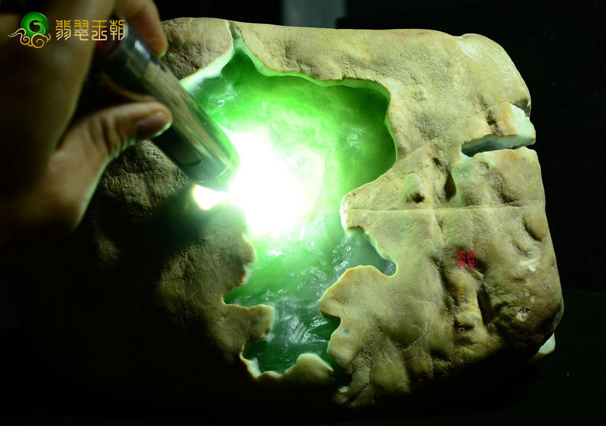 翡翠原石直播_怎么分析翡翠原石的种水?以莫莫亮场口料子为例直播讲解