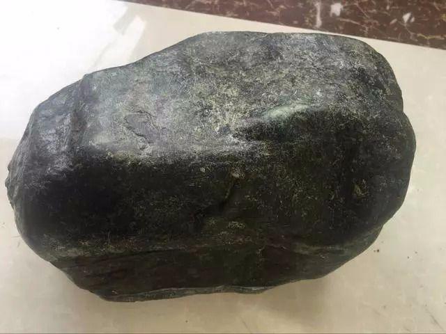 缅甸会卡青蛙皮翡翠原石雕出春带彩摆件