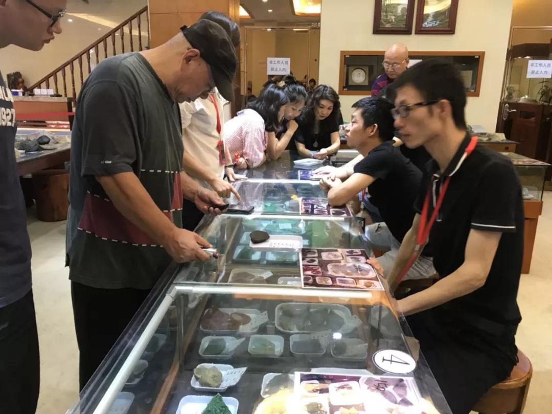 中缅边境_在瑞丽卖翡翠就跟菜市场卖大白菜一样,感觉挺好玩的