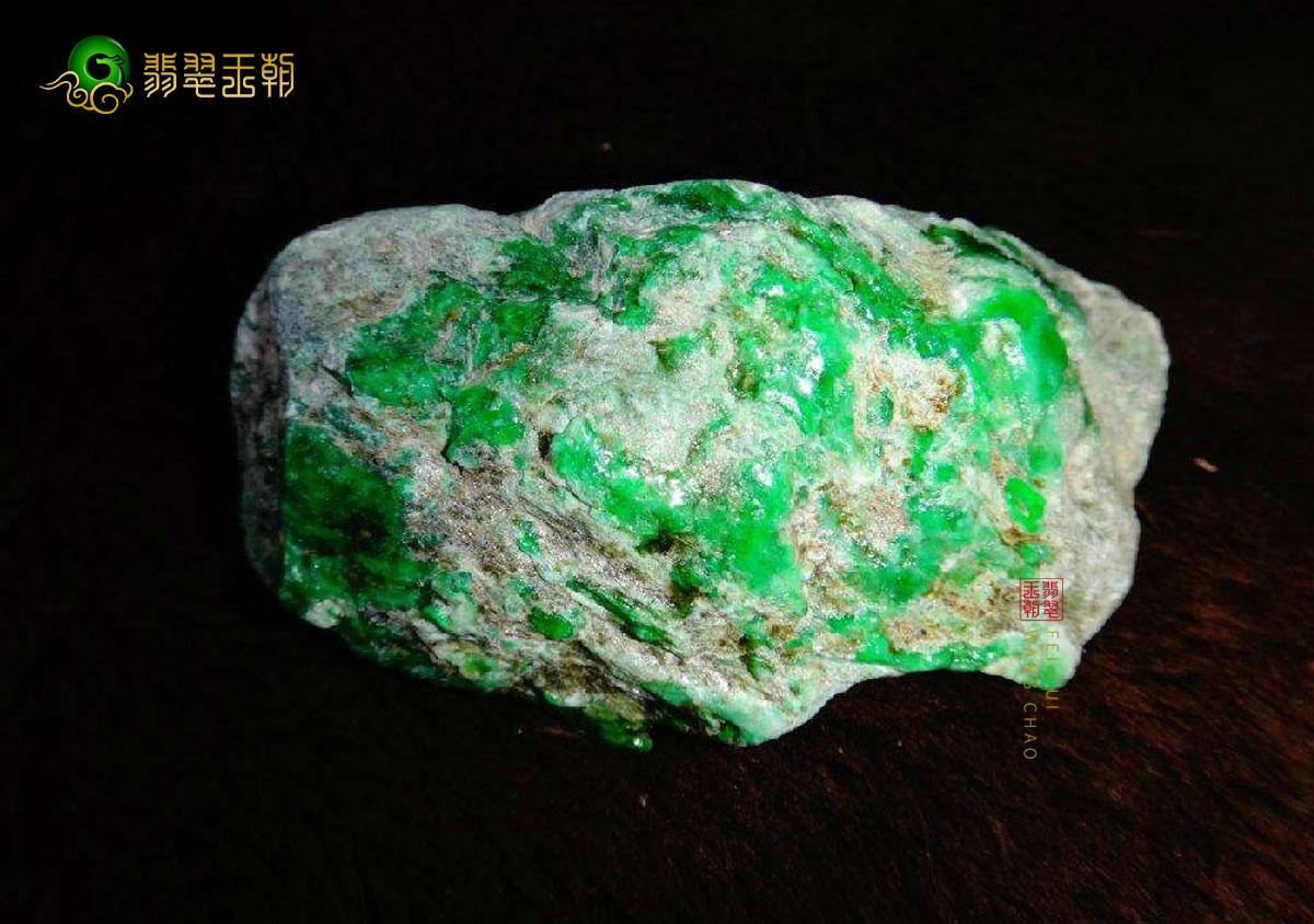 缅甸翁巴列翡翠原石:长相奇特,皮壳似木那