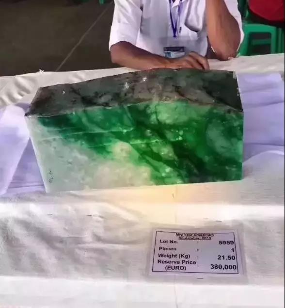 缅甸翡翠公盘正在举办,原石销量不尽人意