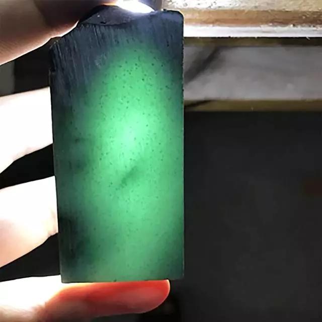 缅甸莫湾基场口翡翠原石造假皮鉴定方法