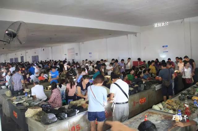 中缅边境瑞丽姐告翡翠原石毛料批发市场