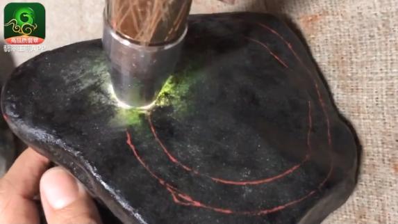 缅甸莫西沙场口黑皮翡翠原石毛料特点