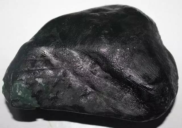 翡翠原石_墨翠和黑色翡翠原石颜色种水价格区别
