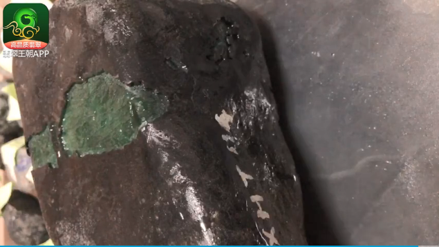 浓绿色莫湾基缅甸翡翠原石毛料出满绿手镯