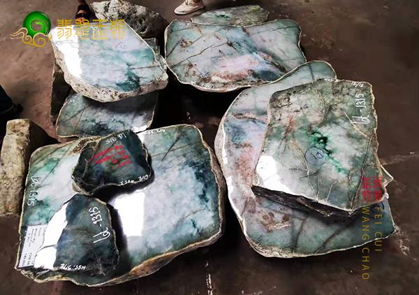 中缅边境_云南瑞丽翡翠原石赌石交易市场买料假象